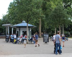 Zoo Antwerpen - vernieuwde Flamingo plein, bankjes en kiosken. op weg richting ingang.