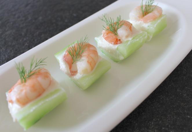 overheerlijke komkommerhapjes serveer en geniet