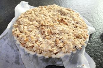 appel-cranberrytaart-met-haver-noten-crumble-crumble-laag-over-de-taart-klaar-voor-de-oven