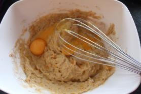 beslag-maken-voor-pompoenwafeltjes-voeg-eitjes-toe