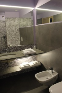 hotel-da-vinci-milaan-zelfs-de-voegen-zijn-paars