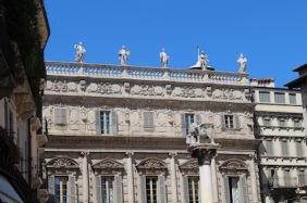 markt-piazza-delle-erbe-rondom-ook-mooie-gebouwen
