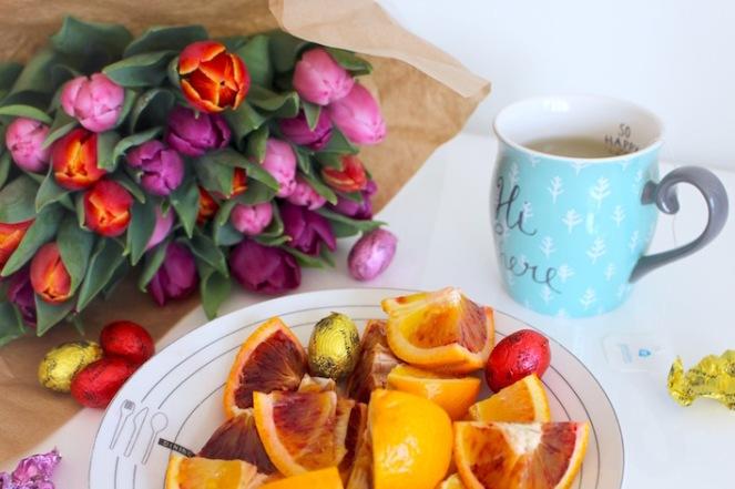 Lente opkikkers tulpen, thee, chocolade en bloedappelsientjes