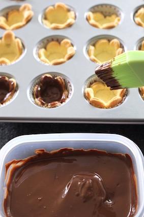 tartelette danette - cupje met gesmolten chocolade besmeren