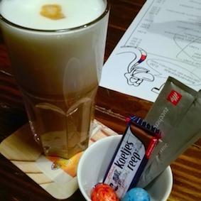 bezienswaardigheden tilburg - cafe slagroom - koffie met koetjesreep
