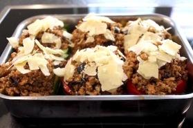 zuiders gevulde paprika met quinoa - bestrooien met kaas - klaar voor de oven