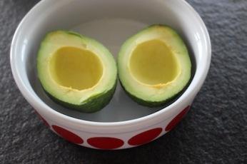 how to - avocado uit de oven - snijden en pituithalen