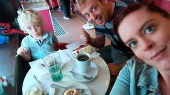 tea time met mijn super helden top bij The HummingBird Bakery