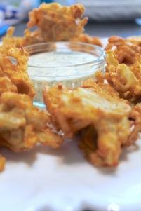 glutenvrije uienBhaji's met yoghurt koriander dip saus