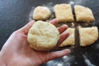 Home baked scones - broodjes kneden