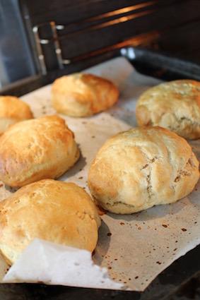 Home baked scones - uit de oven - klaar