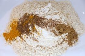 Homemade uienBhaji's - alle droge ingrediënten mixen