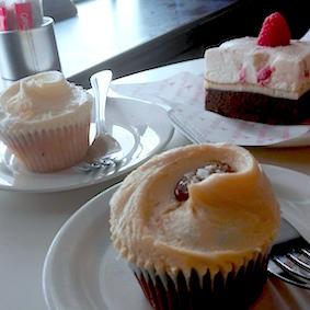 salted caramel - ananas coconut en cheesecake Brownies - tea time bij The HummingBird Bakery