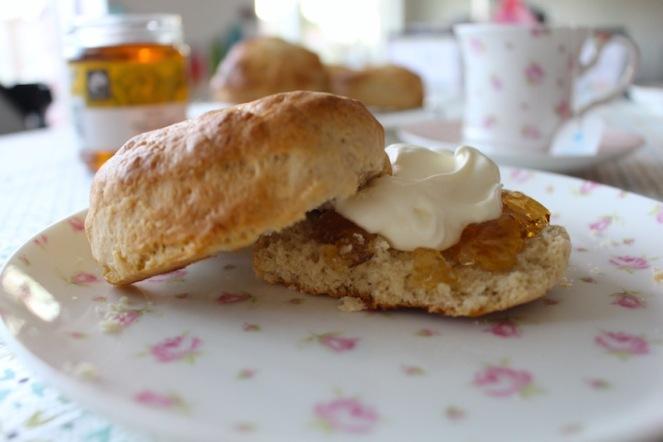 home baked scones met room en sinaas marmelade