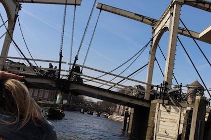 brugjes onderdoor varen - groetjes vanop de Amsterdamse grachten - canal cruise