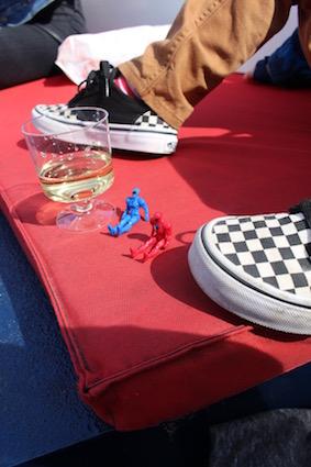 genieten van een glaasje wijn - groetjes vanop de Amsterdamse grachten - canal cruise