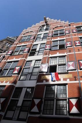 katrolletjes om boodschappen omhoog te liften Amsterdamse grachten - canal cruise