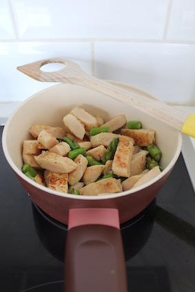 bak de asperges en kip aan in een koekenpan