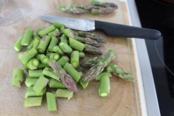 snij de groene asperges in stukjes