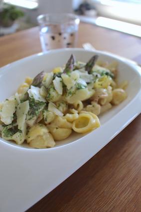 werk de pasta af met een paar groene aspergepunten, italiaanse kruiden en parmazan