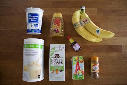ingredienten ontbijt ijsjes - griekse yoghurt - kaneel - banaan - Herbalife appel toffee - noten - vanille essence - appelsap - honing
